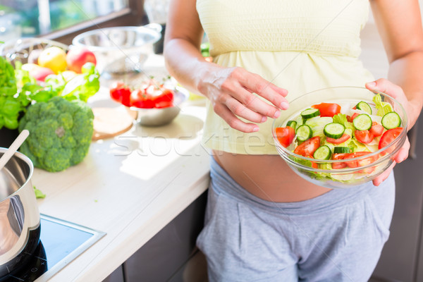 Zwangere vrouw baby buik gezond eten salade keuken Stockfoto © Kzenon