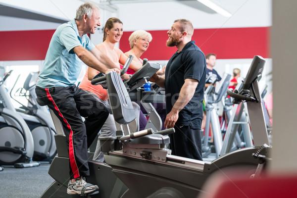 Gruppe Personal Trainer Fitnessstudio Senior Mann Frau Stock foto © Kzenon