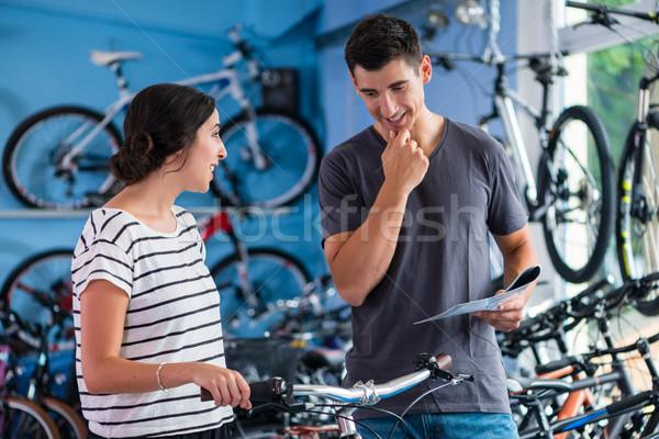 çift bakıyor bisiklet bisiklet alışveriş kadın Stok fotoğraf © Kzenon