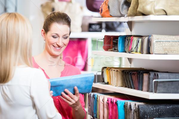 Női vásárlók bolt vásárlás néz pénztárca Stock fotó © Kzenon