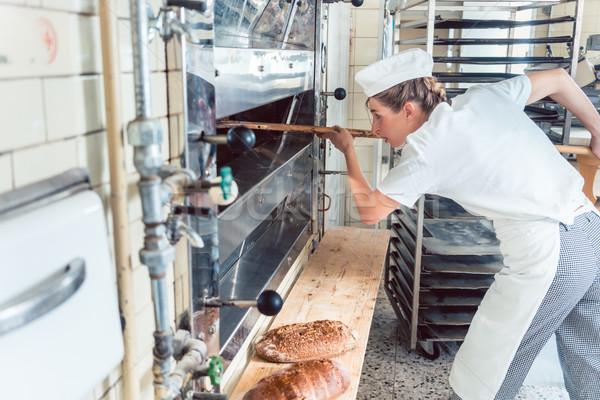 Бейкер женщину хлеб из хлебобулочные печи Сток-фото © Kzenon