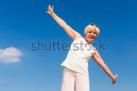 Zdjęcia stock: Dopasować · starszy · kobieta · niebo