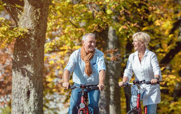 Bicicletas gira parque pareja de ancianos hombre Foto stock © Kzenon