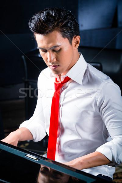 ázsiai férfi zongorista játszik zongora zenei stúdió Stock fotó © Kzenon