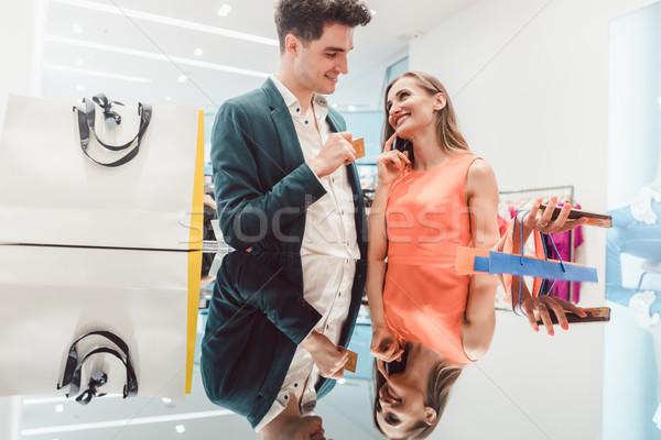 Férfi illetmény hitelkártya divat feleség boldog Stock fotó © Kzenon