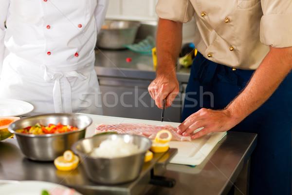 Stok fotoğraf: şefler · balık · restoran · otel · mutfak