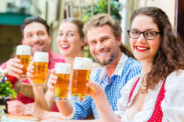 Mensen drinken bier restaurant pub vrienden Stockfoto © Kzenon