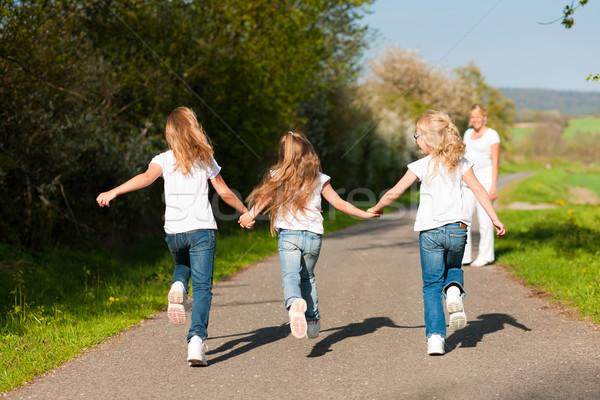 Crianças corrida para baixo caminho grávida mãe Foto stock © Kzenon