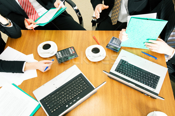 Dolgozik csoport négy személy megbeszél tárgyal szerződés Stock fotó © Kzenon