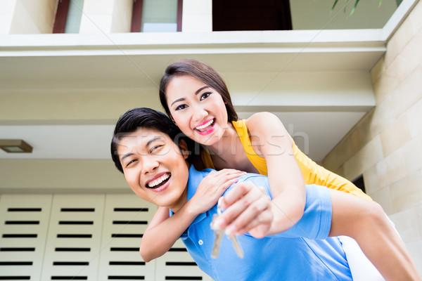 Kínai férfi hordoz lány háton új ház Stock fotó © Kzenon