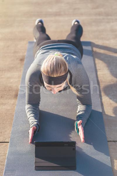 Fiatal nő néz motivációs videó testmozgás kilátás Stock fotó © Kzenon