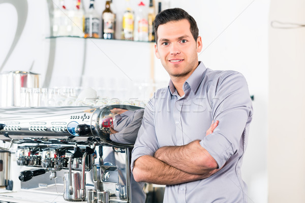 Młody człowiek stwarzające nowoczesne automatyczny ekspres do kawy portret Zdjęcia stock © Kzenon