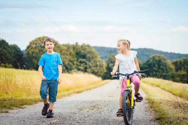 Foto stock: Nino · nina · caminando · equitación · bicicleta · suciedad