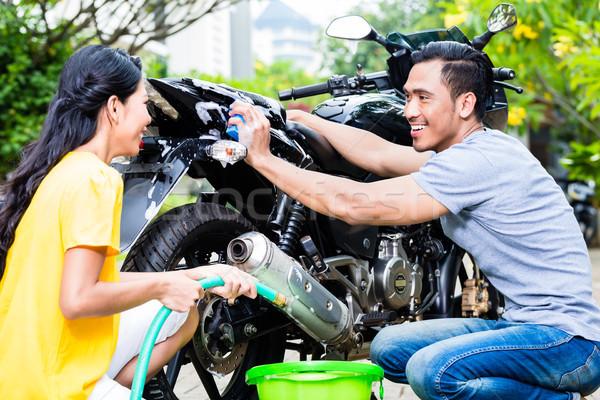 Coppia lavaggio moto primo piano felice Foto d'archivio © Kzenon
