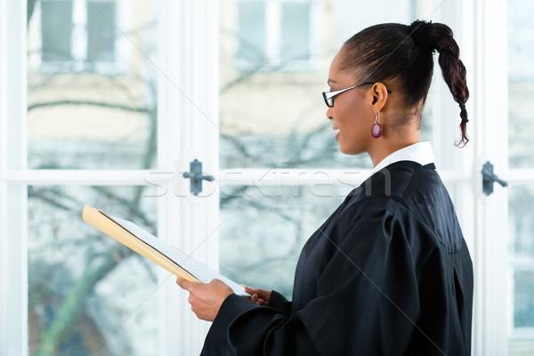 Advocaat kantoor permanente venster jonge vrouwelijke Stockfoto © Kzenon