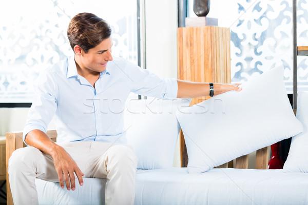 Adam satın alma kanepe mobilya depolamak showroom Stok fotoğraf © Kzenon