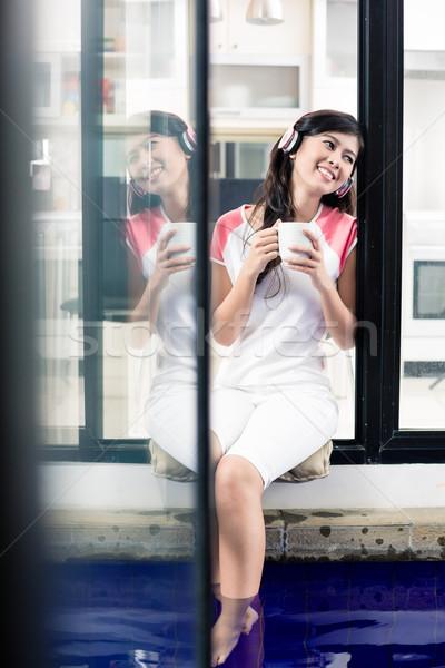 Indonesio mujer música casa café Foto stock © Kzenon