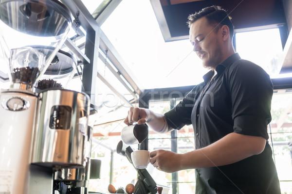 Ernst Barkeeper Gießen Frischmilch Tasse Kaffee Stock foto © Kzenon
