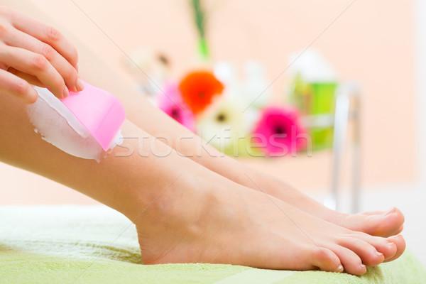 Kobieta spa włosy usuwanie młoda kobieta nogi Zdjęcia stock © Kzenon