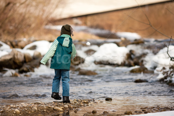 Jongen sneeuw rivier weinig lopen rivieroever Stockfoto © Kzenon