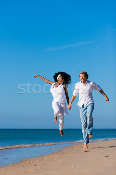 Stockfoto: Paar · lopen · lopen · strand · zwarte · vrouw · kaukasisch