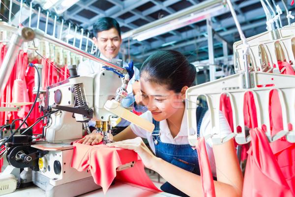 Indonésio asiático têxtil fábrica trabalhador de costura Foto stock © Kzenon