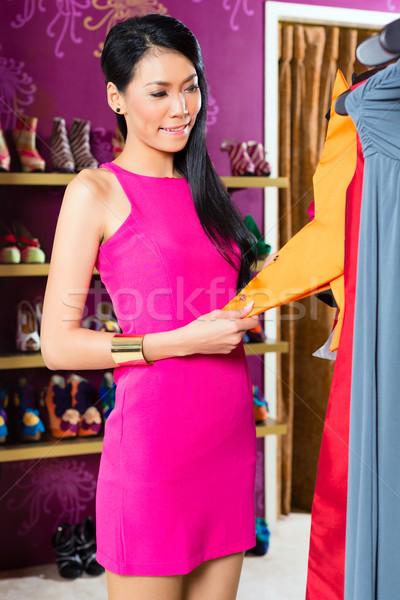 ázsiai nő vásárlás divat bolt fiatal nő Stock fotó © Kzenon