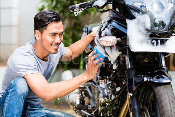 ázsiai férfi mosás motorkerékpár moped szappan Stock fotó © Kzenon