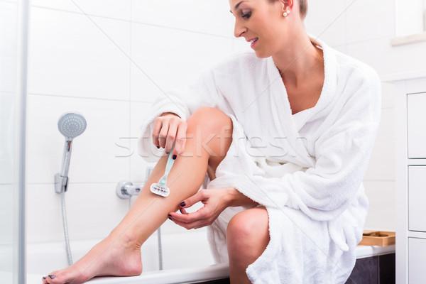 Mulher sessão borda banheira banheiro mulheres Foto stock © Kzenon