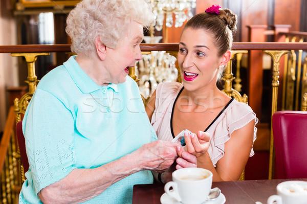 Senior mulher neta café café potável Foto stock © Kzenon