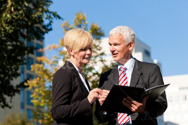 Geschäftsleute sprechen Freien reifen Senior Stock foto © Kzenon