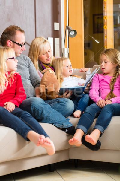 Familia lectura historia libro sofá casa Foto stock © Kzenon