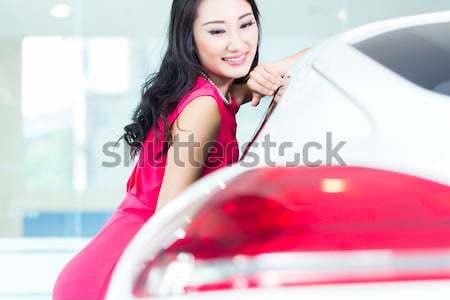 Asiático chinês mulher compra suv carro Foto stock © Kzenon