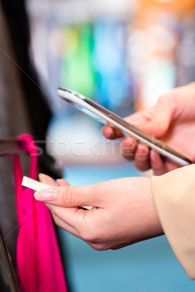 Kobieta cena porównanie ubrania sklep zakupy Zdjęcia stock © Kzenon