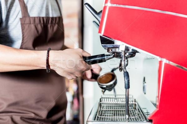 Barista koffie machine cafe macro handen Stockfoto © Kzenon