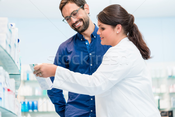 Pharmacien parler client drogue magasin femme Photo stock © Kzenon