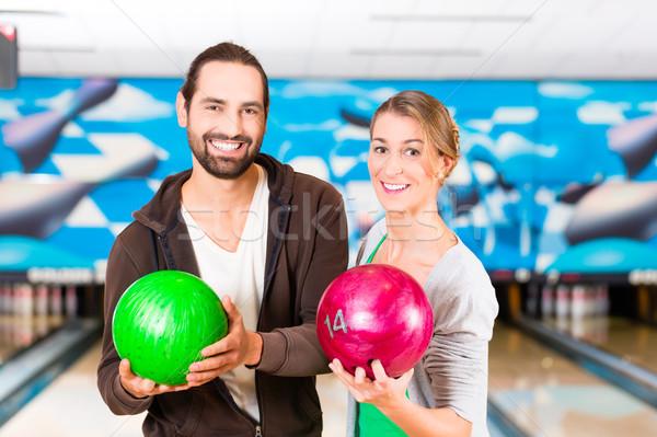 Barátok játszik bowling központ kéz férfi Stock fotó © Kzenon