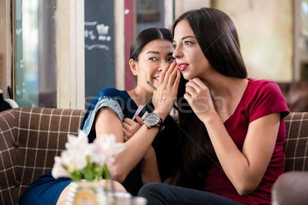 Jeune femme secrets meilleur ami chuchotement potins Photo stock © Kzenon