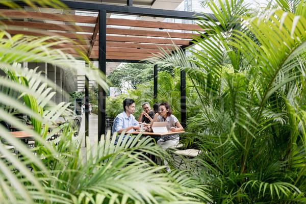 Mensen vergadering beneden buitenshuis moderne cafetaria Stockfoto © Kzenon