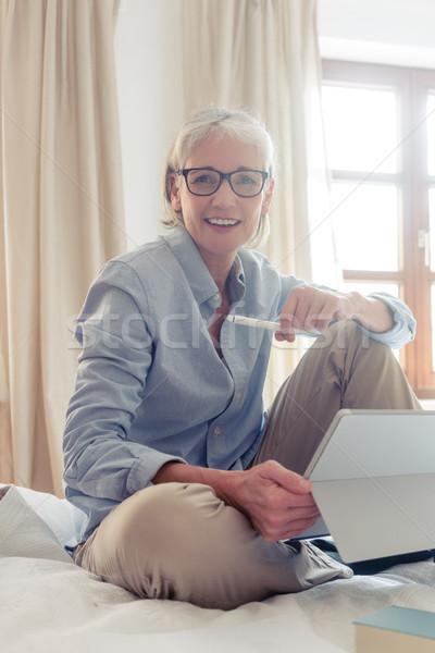 Senior vrouw freelancer studie computer vergadering Stockfoto © Kzenon
