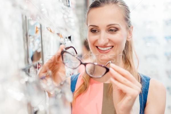 Güzel bir kadın gözlükçü depolamak gözlük bakıyor memnun Stok fotoğraf © Kzenon