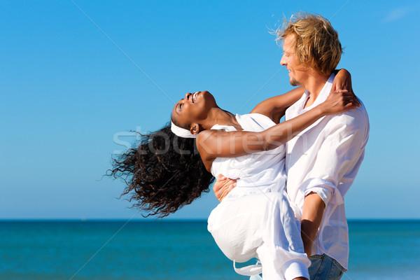Stockfoto: Gelukkig · paar · strand · zwarte · vrouw · kaukasisch · man