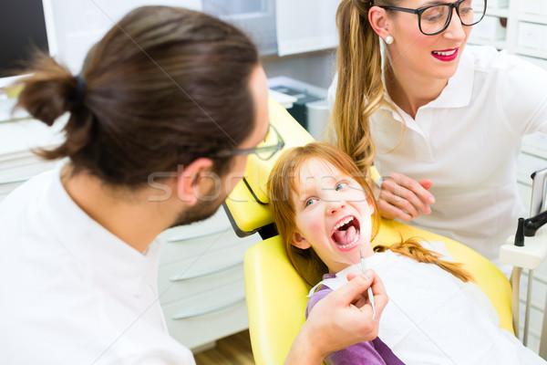 Dentista menina tratamento cirurgia dentária escritório homem Foto stock © Kzenon
