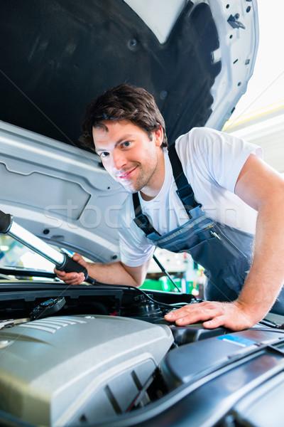 Mécanicien automobile travail voiture Ouvrir la atelier travaux Photo stock © Kzenon