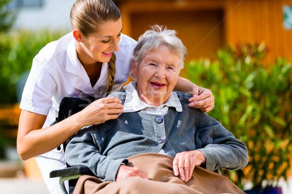 Supérieurs femme maison de retraite infirmière jardin séance Photo stock © Kzenon