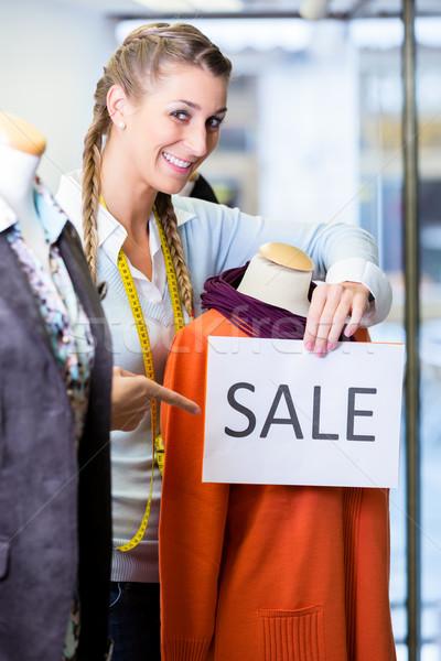 Stok fotoğraf: Dükkâncı · çalışma · tanıtım · satış · satış · imzalamak