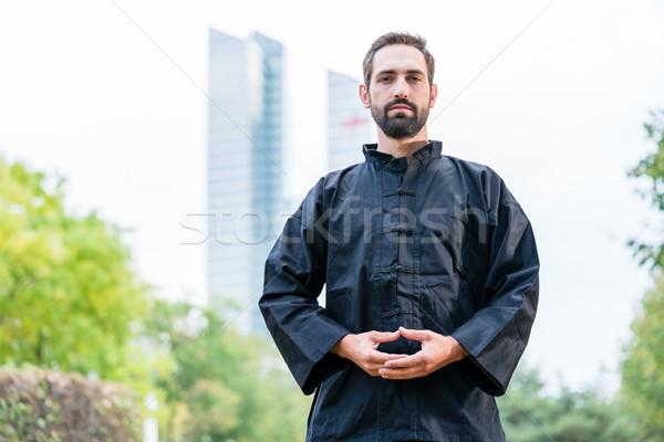 Man mediteren vechtsporten stad gebouw sport Stockfoto © Kzenon