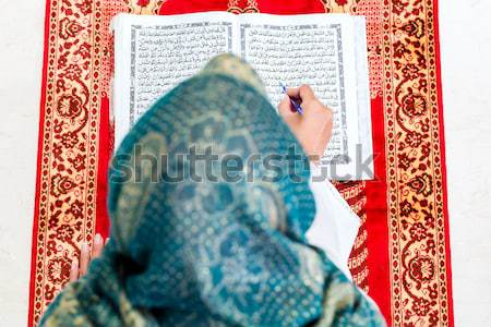 Asian Muzułmanin kobieta studia czytania modląc Zdjęcia stock © Kzenon