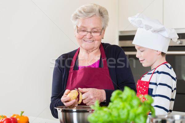 Oma kleinzoon koken samen gelukkig familie Stockfoto © Kzenon