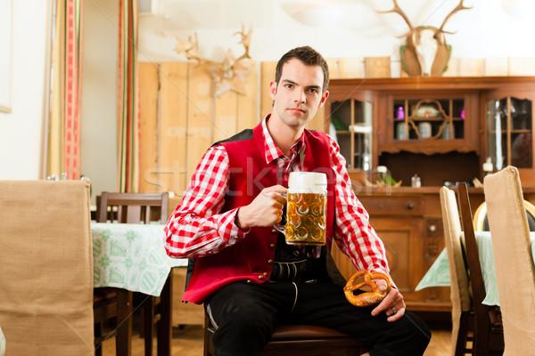 Junger Mann traditionellen Restaurant Veröffentlichung Bier Mann Stock foto © Kzenon